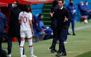 Olivier Echouafni et les filles du PSG veulent rebondir après l'échec en demi-finale retour de la Ligue des champions contre le Barça. REUTERS/Albert Gea