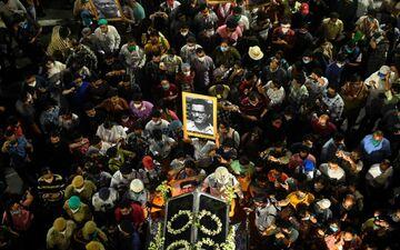 Les Indiens se sont rassemblés en masse pour suivre le cortège funéraire de Soumitra Chatterjee, mort à 85 ans.