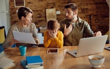 La tension monte chez certains couples après  des mois à partager leur intimité et leur lieu de travail. STOCK/drazen_zigic