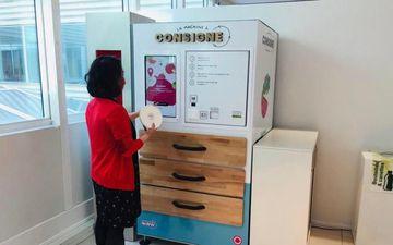<b></b> Malakoff (Hauts-de-Seine), siège social d'Edenred France. Les salariés se servent de boîtes réutilisables pour leur repas qu'ils déposent dans la machine à consigne après déjeuner.