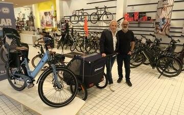 Le magasin Vélo électrique de France, installé dans la halle Secrétan (Paris XIXe) et fondé par Jean-Jacques Sellam (à gauche) et Simon Soussan (à droite), a ouvert en janvier 2021.