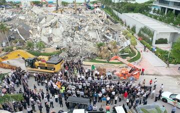 Surfside (Floride, Etats-Unis), mercredi. Les secouristes observent un moment de recueillement sur le site où un immeuble s'est effondré. Reuters