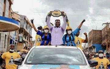 Bafoussam (Cameroun), le 1er mai 2021. Francis Ngannou, avec sa ceinture de champion du monde, a vécu un retour triomphal.