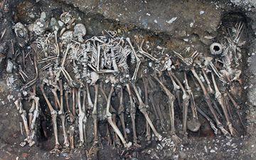 D'après une équipe de chercheurs dirigée par l'Inrap, ces squelettes retrouvés à Rennes appartiennent à des soldats qui ont combattu l'armée bretonne, en 1491. Inrap