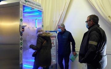Montigny-le-Bretonneux, ce mercredi.  Le portique sanitaire combine trois niveaux de désinfection. « Les lumières ultraviolettes et les ultrasons permettent de fragiliser l'enveloppe du virus et l'acide hypochloreux s'attaque directement au noyau », explique la société conceptrice, LP/Virginie Wéber