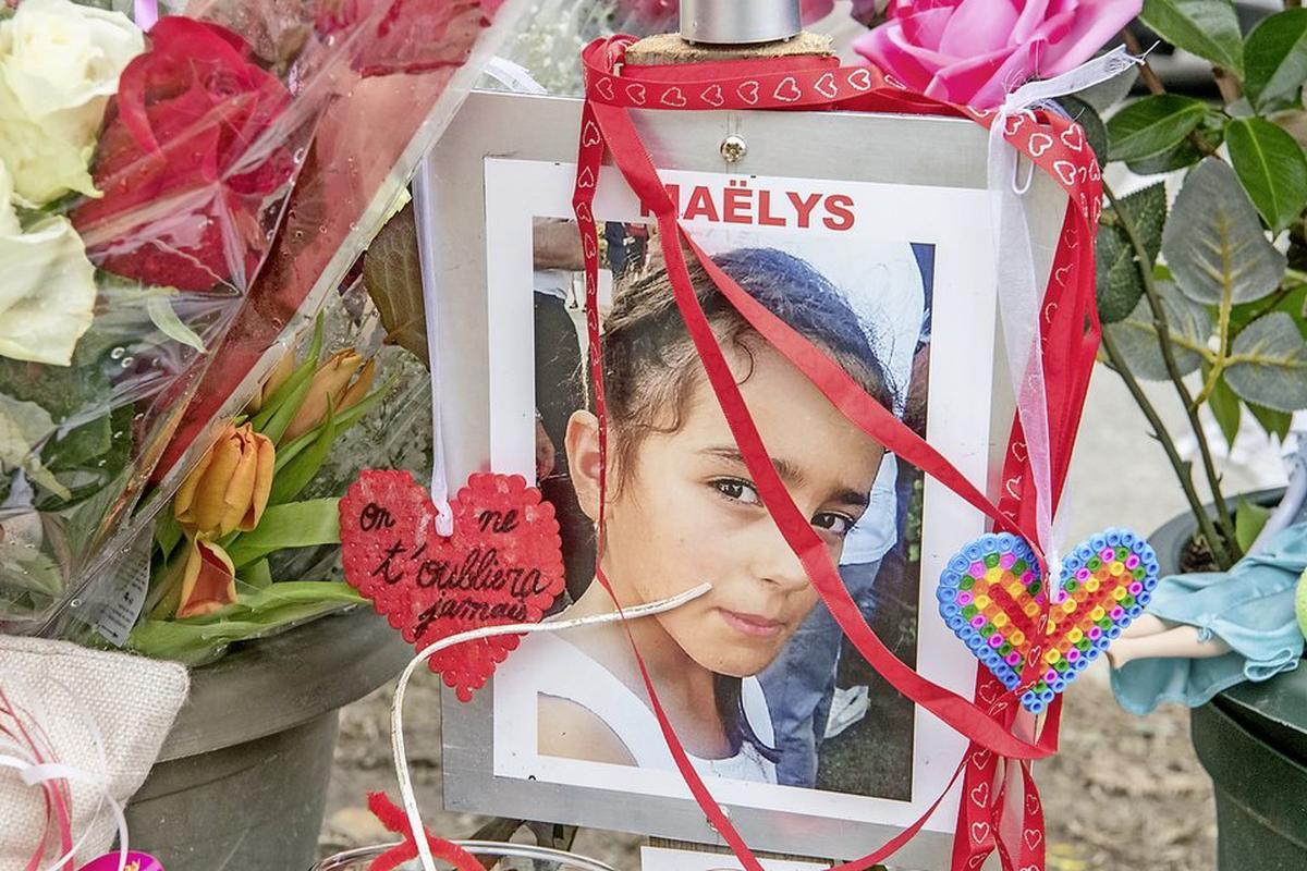 La petite victime a été contrainte, dans la nuit du 26 au 27 août 2017, de suivre Lelandais dans son Audi A3 à Pont-de-Beauvoisin (Isère). Elle participait à une fête de mariage à la salle polyvalente, devenue un impressionnant lieu de recueillement.