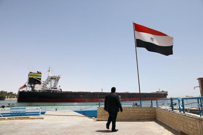 Un navire navigue sur le canal de Suez à Ismaïlia, en Égypte, le 30 mai 2021.
