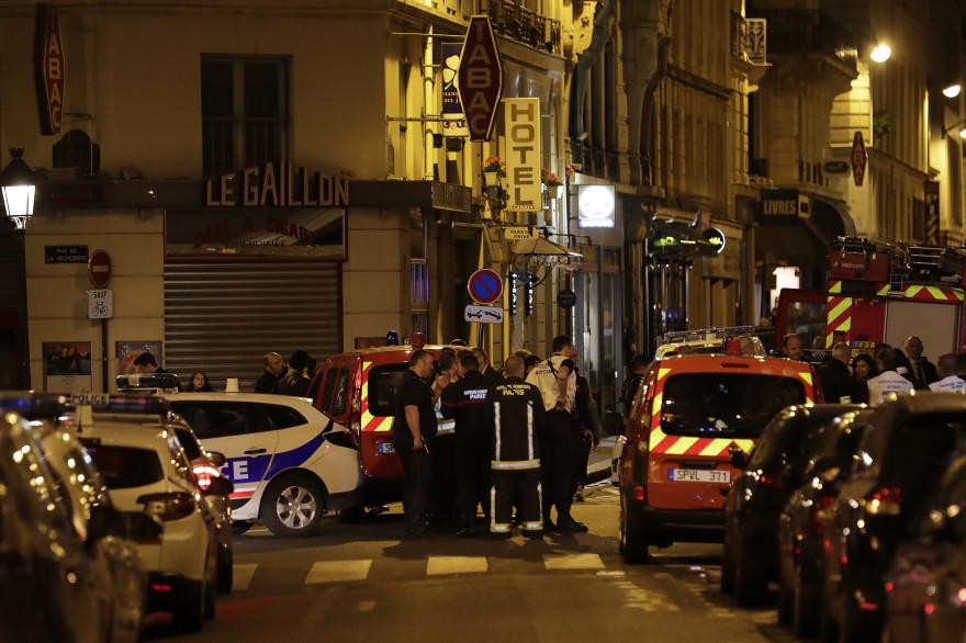 Des secours où un attentat à fait un mort à Paris, le 12 mai 2018
