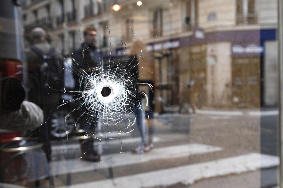 Un impact de balle sur la vitrine d'un magasin située au carrefour entre les rues Saint-Augustin et Monsigny, à Paris, le 13 mai.