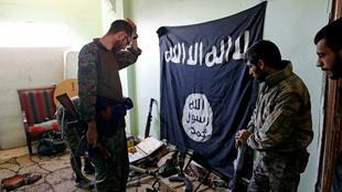 Les Forces démocratiques syriennes inspectent des armes retrouvées dans une ancienne position du groupe Etat islamique à Raqqa, le 7 octobre 2017.