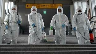 Opération de désinfection pour limiter la propagaiton du coronavirus Covid-19 dans le métro de Séoul, le 12 mars 2020.