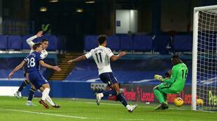 L'attaquant néerlandais Anwar El Ghazi (g) marque pour Aston Villa lors du match de Premier League face à Chelsea, à Londres, le 28 décembre 2020
