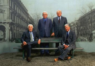Giovanni Agnelli (S), Umberto Agnelli (D), Giampiero Boniperti (in piedi a D) e Vittorio Chiusano. (ANSA)