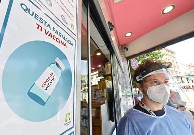 Inaugurazione del nuovo hub per le vaccinazioni anti covid della farmacia San Salvario, Torino, 18 giugno 2021 (ANSA)