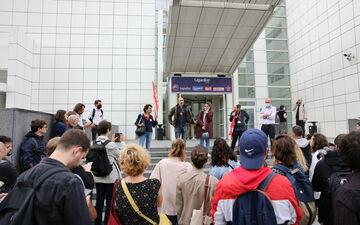 En grève depuis le 18 juin, les salariés d'Europe 1 ont, ce lundi, prolongé leur mouvement social de 24 heures supplémentaires. LP/Arnaud Journois