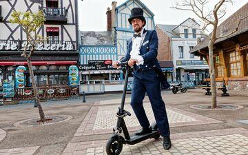 Avec sa société Panda Motion, Gaëtan Dupont livre les trottinettes et vélos électriques devant la porte des locations de vacanciers, pour leur éviter d'avoir à utiliser la voiture. #PRESSE30