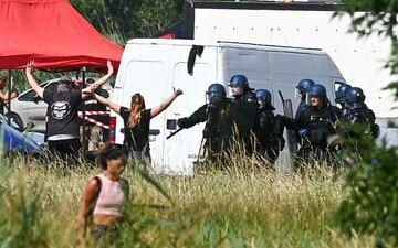 A Redon (Ille-et-Vilaine), plusieurs centaines de gendarmes sont intervenus pour évacuer le site où se tenait une rave party rassemblant près de 1500 personnes. PHOTOPQR/OUEST FRANCE/Franck Dubray