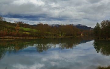 Vue du lac de Montbel, dans l'Ariège.