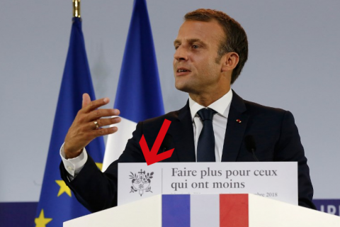 La petite et discrète croix de Lorraine est venue s'insérer aux armoiries de la République visibles sur le pupitre de Macron ce 13 septembre.